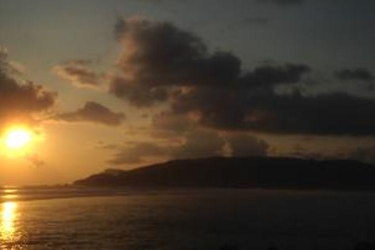 Suasana sunset di Pantai Seger, Lombok Tengah, Lombok, Selasa (3/11/2015).