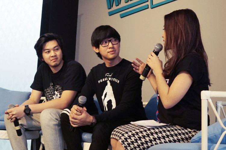 Grup musik elektro Weird Genius diabadikan di kantor WebTVAsia Indonesia di Jalan Cianjur, Menteng, Jakarta Pusat, Selasa (16/5/2017). Mereka akan hadir dalam Viral Fest Asia 2017 di Show DC Bangkok, Thailand, pada 2-3 Juni mendatang.