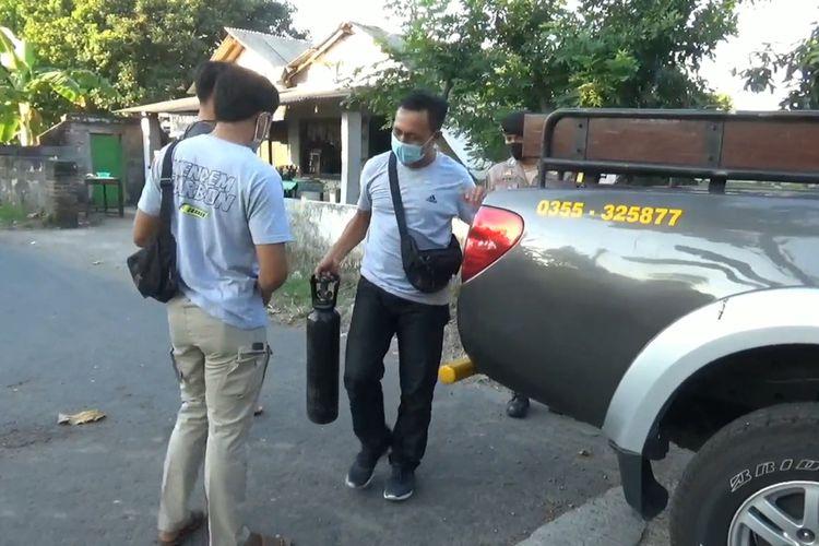 Polisi membawa tabung diduga berisi oksigen palsu di Kabupaten Tulungagung Jawa Timur, Kamis, (22/07/2021)