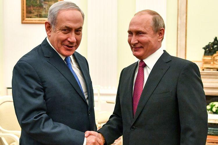 Perdana Menteri Israel Benjamin Netanyahu dan Presiden Rusia Vladimir Putin berjabat tangan dalam pertemuan yang berlangsung di Mokswa Rabu (11/7/2018).