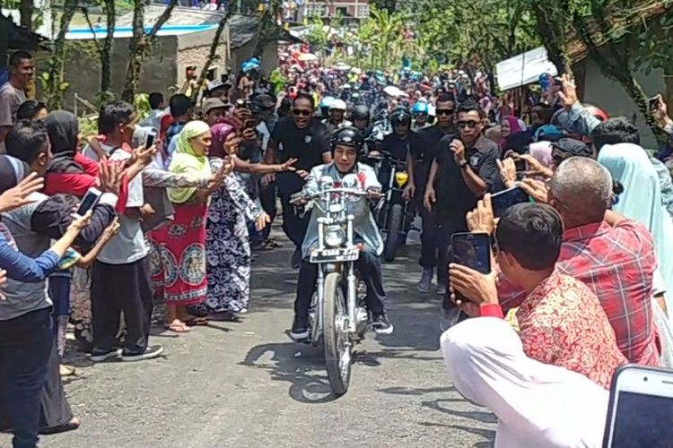 Paspampres berlarian mengawal Presiden Joko Widodo yang naik motor chopper di Sukabumi, Minggu (8/4/2018).