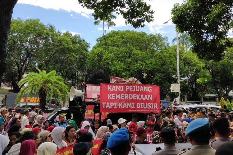 Koalisi Masyarakat Sipil untuk Kesejahteraan Prajurit, Veteran, dan Purnawirawan gelar aksi di depan kantor Komisi Pemilihan Umum (KPU), Jalan Imam Bonjol, Menteng, Jakarta Pusat, Senin (25/3/2019).
