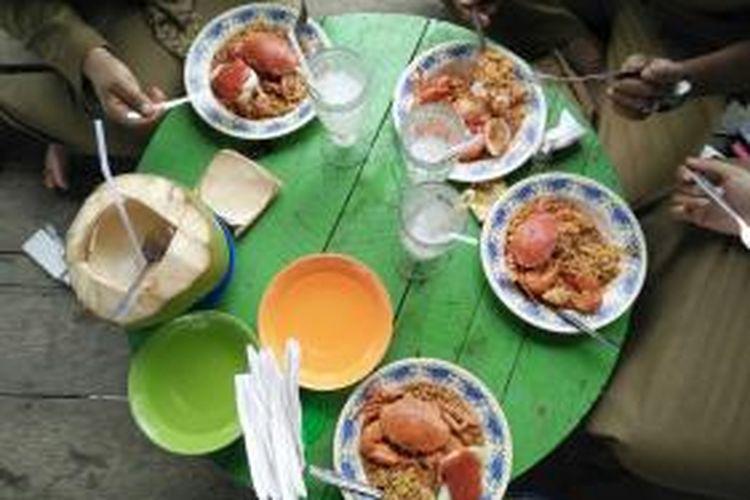 Sajian mi kepiting dengan kelapa muda terhidang di meja pengunjung Pantai Lancok, Kecamatan Syamtalira Bayu, Aceh Utara, Aceh.