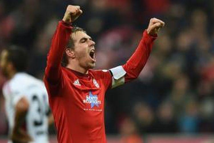 Philipp Lahm rayakan gol saat Bayern Muenchen menang 2-0 atas Ingolstadt di Allianz Arena, Sabtu (12/12/2015).