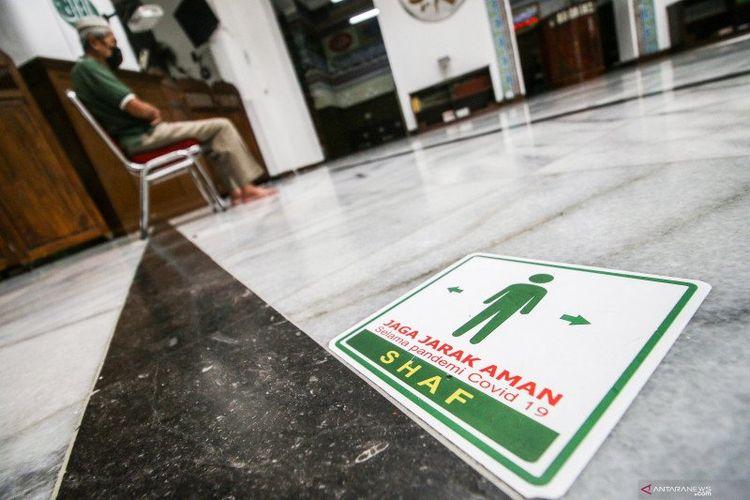 Jamaah melaksanakan ibadah shalat di dalam Masjid Cut Meutia, Jakarta, Sabtu (10/4/2021). Pemerintah Provinsi DKI tidak melarang Shalat Tarawih pada bulan suci Ramadhan tahun ini dengan tetap mematuhi protokol kesehatan COVID-19.