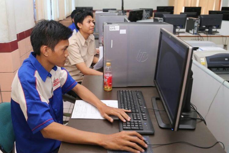 Peserta pelatihan vokasi pada salah satu Balai Besar Pengembangan Latihan Kerja Kementerian Tenaga Kerja dan Transmigrasi. Pelatihan vokasi dibutuhkan agar skill dan kompetensi tenaga kerja sesuai dengan kebutuhan dunia usaha.