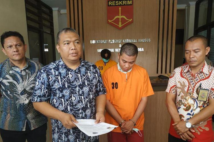 Pelaku VT, tersangka kasus pemerasan seorang mahasiswi yang telanjang dada saat video call WhatsApp, saat diamankan di Mapolda Kepulauan Bangka Belitung, Jumat (26/7/2019).
