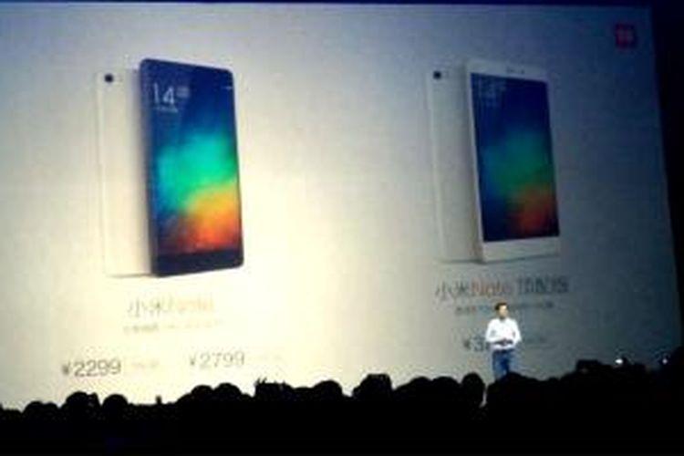 CEO Xiaomi, Lei Jun menunjukkan banderol harga smartphone Android Mi Note pada acara peluncuran di Beijing, Tiongkok, Kamis (15/1/2015).
