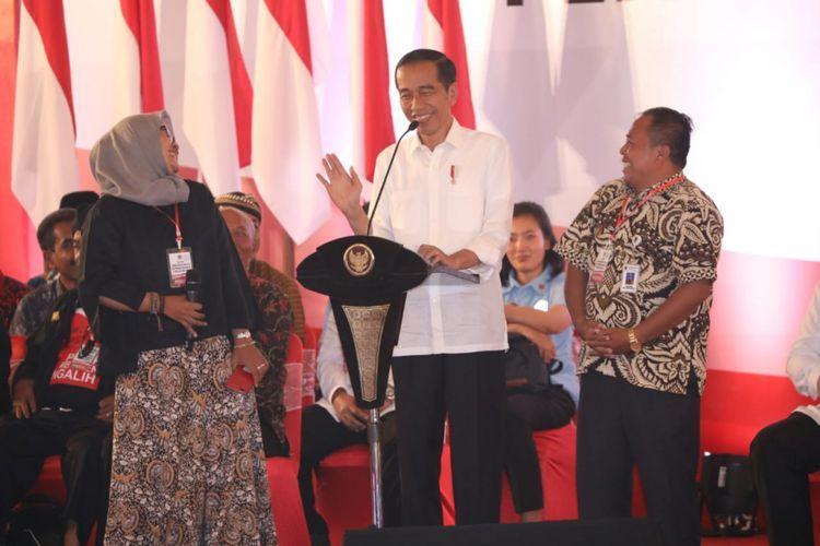 Presiden RI Joko Widodo berdialog dengan kepala desa dan pendamping desa asal Boyolali. Jokowi sempat tertawa dan lupa bertanya ketika mendengar istilah Tampang Boyolali, Kamis (22/11/2018) di Semarang
