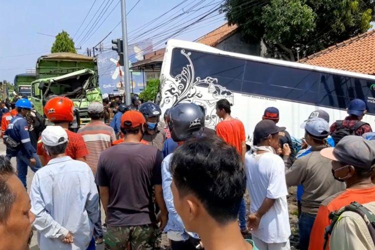 Truk pengangkut batubara menabrak mikrobis dan tiga sepeda motor di simpang tiga jalan raya Karangkandri, Kecamatan Kesugihan, Kabupaten Cilacap, Jawa Tengah, Senin (5/4/2021).