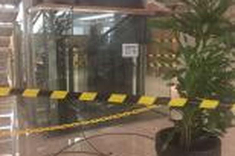 Lift yang terjatuh dari lantai 7 ke lantai 3 Tower B, Gedung Nestle, Perkantoran Arkadia, Pasar Minggu, Jakarta Selatan, Kamis (10/12/2015).