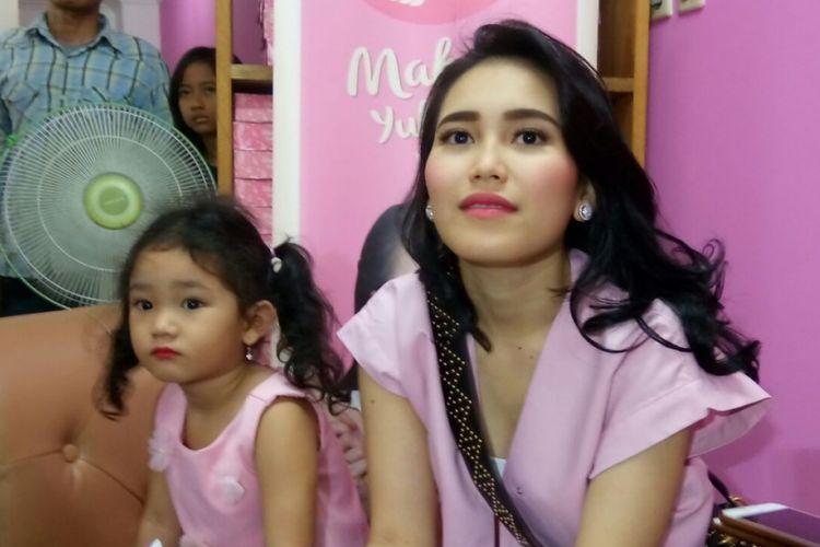 Ayu Ting Ting dan putrinya, Bilqis Khumairah, dalam acara pembukaan toko kuenya di Ruko Patriot Central, Bekasi Barat, Jawa Barat, Minggu (5/11/2017).