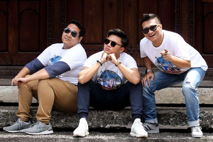 Ery Makmur, Rizky Febian, Sas Widjanarko (kiri ke kanan), berpose seusai mempromosikan film Hongkong Kasarung, di Kompas.com, Palmerah, Jakarta, Rabu (7/3/2018).