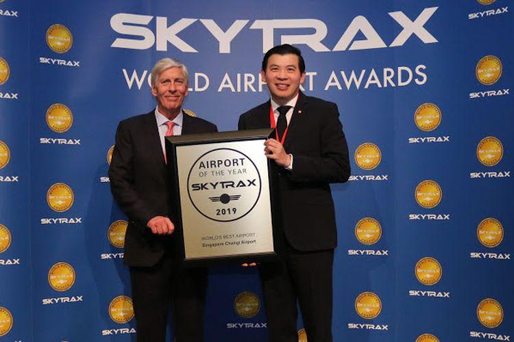 Lee Seow Hiang, Direktur Utama Changi Airport Group (kanan) saat menerima penghargaan dari Skytrax untuk Bandara Terbaik Dunia dengan Edward Plaisted, Direktur Utama Skytrax (kiri)