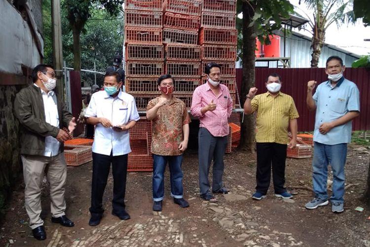 Kerja sama pemerintah dan perusahaan integrator mampu menyerap kelebihan stok ayam hidup milik peternak mandiri.