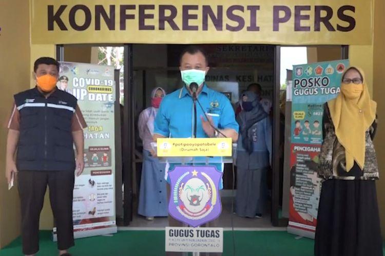 Juru bicara Gugus Tugas Percepatan Penanganan Covid-19 Provinsi Gorontalo, Triyanto Bialangi saat mengumumkan 5 orang penderita yang terpoapar virus corona, salah satu dari mereka telah eninggal dunia.