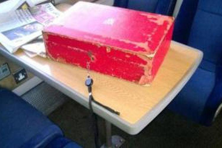 Inilah kotak merah yang diduga berisi dokumen milik PM Inggris David Cameron yang tertinggal begitu saja di dalam kereta api.