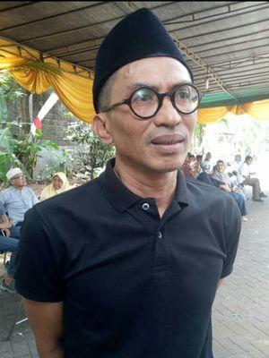 Komikus Muhammad Misrad saat melayat ke rumah Dwi Koendoro di jalan Cucur Barat V, Bintaro, Tangerang Selatan, Kamis (22/8/2019)