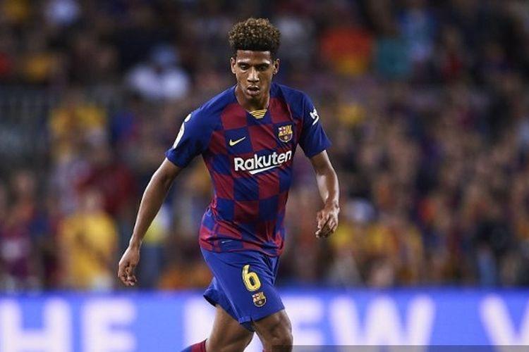 Jean Clair Todibo dari FC Barcelona beraksi saat pertandingan Liga antara FC Barcelona dan Sevilla FC di Camp Nou pada 06 Oktober 2019
