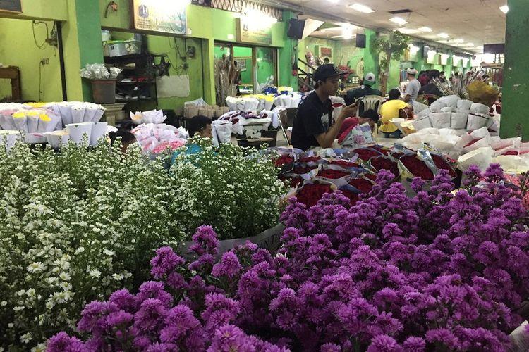 Suasana di pasar bunga rawa belong