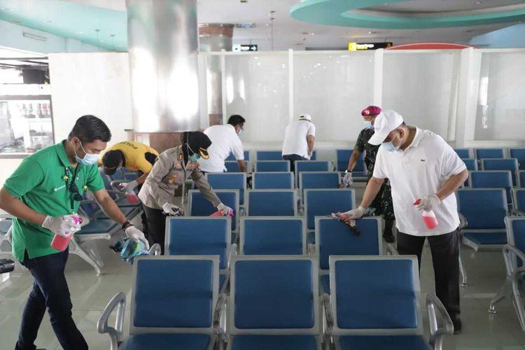 Petugas kesehatan dari Kantor Kesehatan Pelabuhan,TNI-Polri, hingga sejumlah pegawai Pelindo menyisir terminal penumpang, salah satunya Gapura Surya Nusantara yang memiliki risiko penularan virus Corona atau Covid-19, Jumat (13/3/2020).