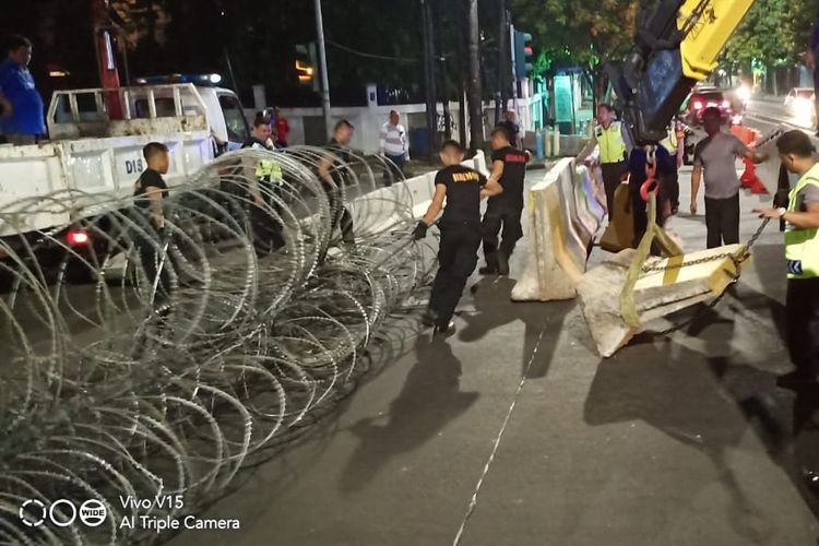 Ditlantas Polda Metro Jaya menutup ruas Jalan Imam Bonjol di depan Kantor Komisi Pemilihan Umum (KPU) jelang sidang pleno penetapan presiden dan wakil presiden.