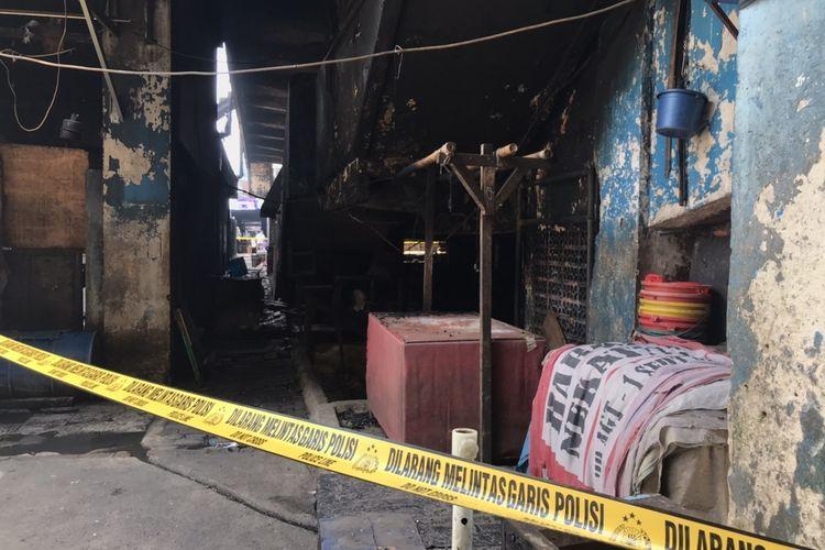 Garis polisi terpasang di Gedung Blok C Pasar Minggu, Jakarta Selatan pada Selasa (13/4/2021) pasca-kebakaran semalam.
