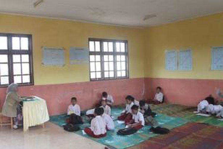 Sudah hampir setahun, puluhan siswa SD Negeri 9 Pegasing, Kecamatan Pegasing, Kabupaten Aceh Tengah, Aceh, harus duduk di lantai saat belajar di sekolah.