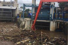 Tumpukan Sampah Terlihat di Pintu Air Manggarai