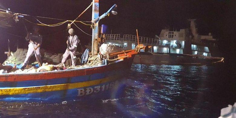 KN. Pulau Dana - 323 Bakamla RI berhasil menggagalkan tindak mencurigakan dari kapal ikan asing (KIA) asal Vietnam.