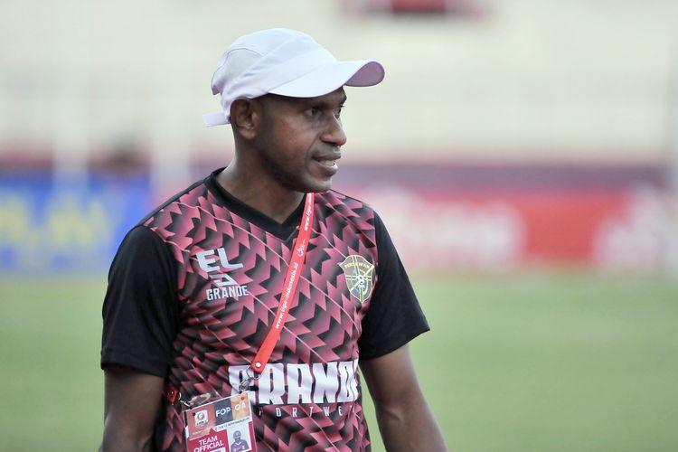 Pelatih Persewar Waropen selama kompetisi Liga 2 2019.