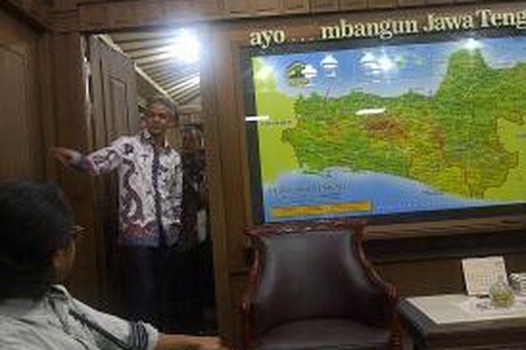 Gubernur Jawa Tengah Ganjar Pranowo saat melihat ruang kerjanya Kamis (29/8/2013) malam.
