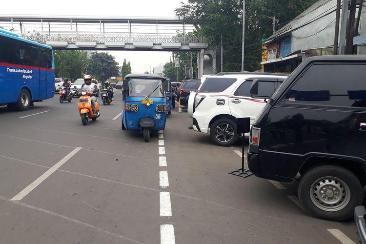 Tampak jalur sepeda di Jalan Pramuka, Jakarta Timur, terjajah mobil yang terparkir di kawasab Pasar Pramuka, Kamis (28/11/2019).