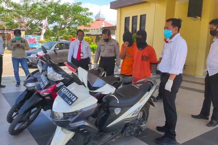 Dua residivis curanmor ditangkap Satareskrim Polres Singkawang, Kalimantan Barat, salah satunya baru bebas dari Lapas Singkawang pada 9 April 2020 karena program asimilasi pencegahan Covid-19.
