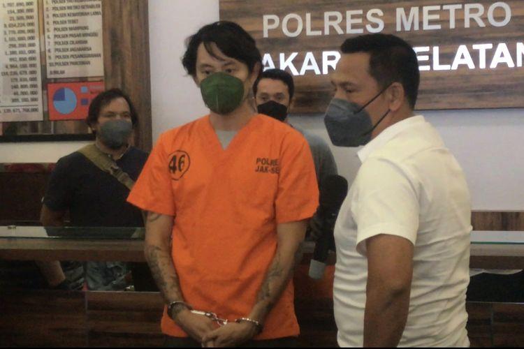 Pria berinisial OK (30) ditangkap karena menanam pohon dan mengonsumsi ganja di sebuah rumah di kawasan Lebak Bulus, Cilandak, Jakarta Selatan.