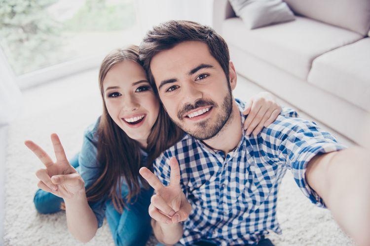 Ilustrasi selfie dengan jari tangan membentuk simbol peace atau v