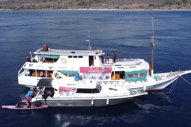 Vaksinasi terapung yang menjangkau pulau terluar di Alor.