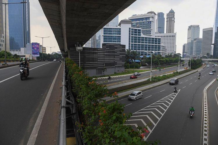 Pengendara melintasi kawasan jalan Sudirman yang lengang di Jakarta, Minggu (27/6/2021). Jakarta termasuk pada daerah sasaran PPKM Darurat. ANTARA FOTO/Wahyu Putro A/aww.