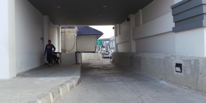 Jalur Bus di Terminal Rawamangun, Jakarta Timur yang sulit dilewati bus berbadan besar. Sebab, jalur sengaja dibuat berbelok karena ada gedung Sudin Perhubungan Jakarta Timur. Senin (25/5/2015).