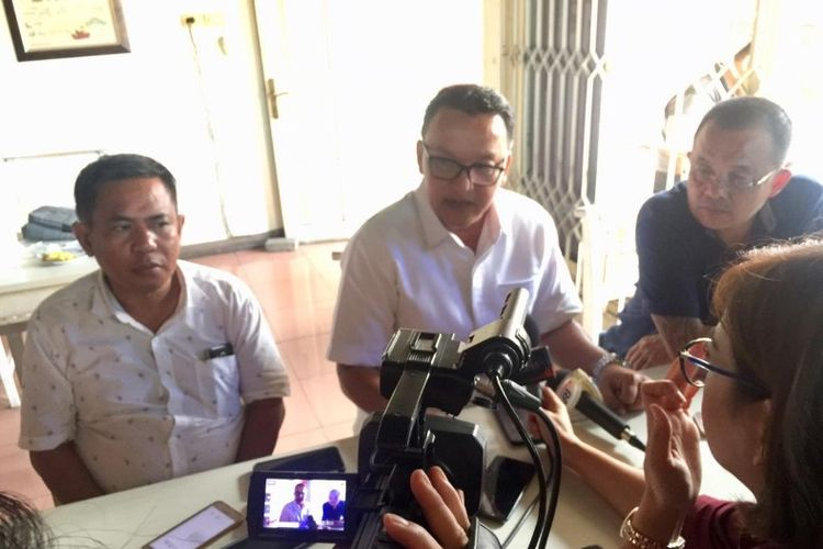 Sekretaris Badan Pemenangan Daerah (BPD) Prabowo-Sandiaga di Sulut, Ayub Ali Albugis bersama Ketua DPD Gerindra Sulut Wenny Lumentut, dan Ketua DPD PAN Manado Bobby Daud saat konferensi pers di kawasan Sario, Manado, Senin (25/3/2019).