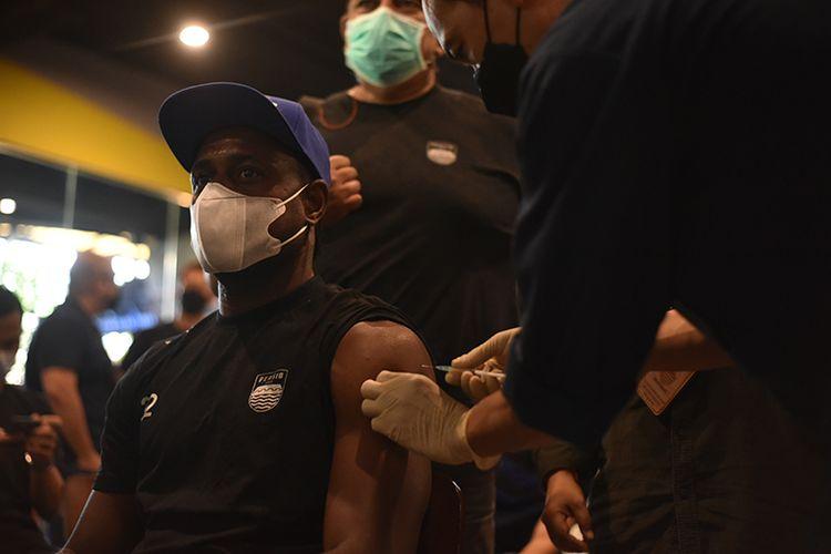 Pemain Persib Bandung, Victor Igbonefo, menjalani vaksinasi di Graha Persib, Kota Bandung, Jumat (19/03/2021).