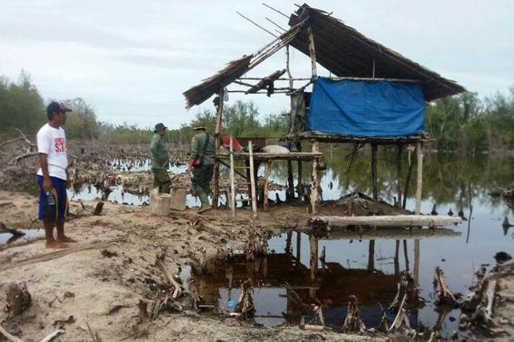 Petugas Balai Konservasi Sumber Daya Alam (KSDA) Gorontalo sedang memeriksa lokasi penebangan mangrove oleh orang tidak dikenal