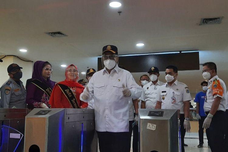 Menteri Perhubungan Budi Karya Sumadi didampingi Wakil Gubernur DKI Jakarta Ahmad Riza Patria di Terminal Pulo Gebang, Kamis (31/12/2020)
