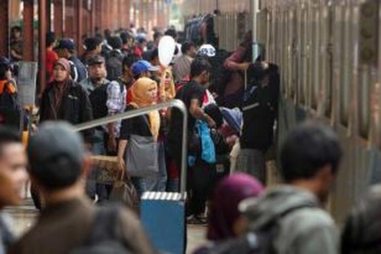 Pemudik menunggu menaiki kereta api di Stasiun Pasar Senen, Jakarta Pusat, Rabu (31/7/2013). Stasiun tersebut mulai dipadati pemudik dengan tujuan berbagai daerah di sekitar Pulau Jawa.