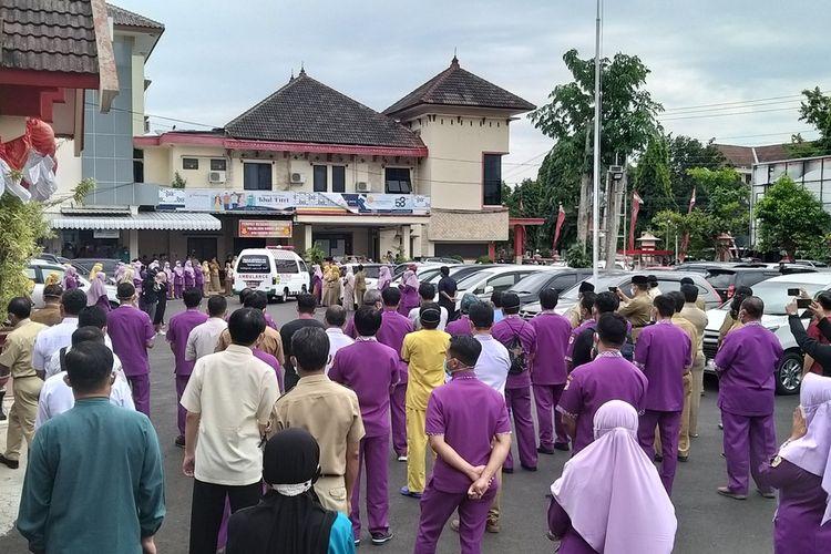 LEPAS—Ratusan pegawai RSUD dr. Soediran Mangun Sumarso Wonogiri berbaris melepas kepergian jenazah Agus Trisilo, seorang nakes yang gugur setelah sepekan berjuang melawan covid-19, Senin (2/8/2021) siang.