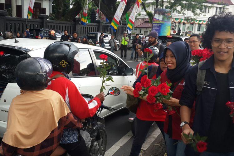 Sejumlah jurnalis di Malang saat membagikan bunga mawar dalam memperingati World Press Freedom Day atau Hari Kebebasan Pers Dunia di depan Balai Kota Malang, Rabu (3/5/2017)