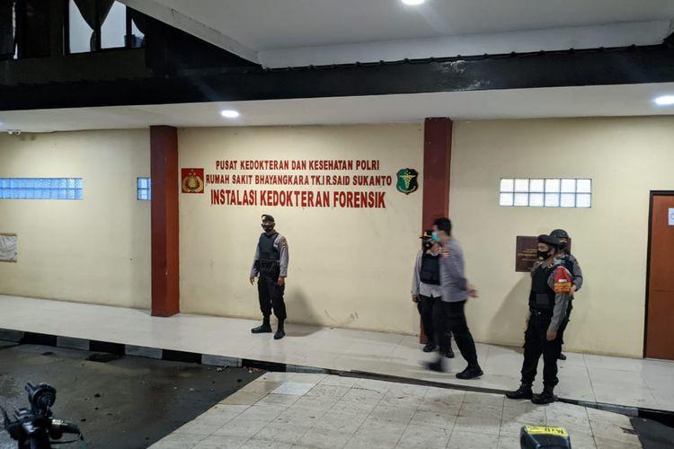 Gedung Instalasi Kedokteran Forensik RS Polri Kramatjati dijaga aparat bersenjata saat proses otopsi jenazah terduga teroris yang tewas tertembak di Mabes Polri, Rabu (31/3/2021)