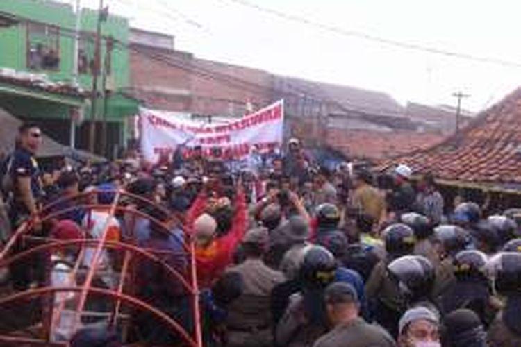 Warga pasar ikan blokade jalan