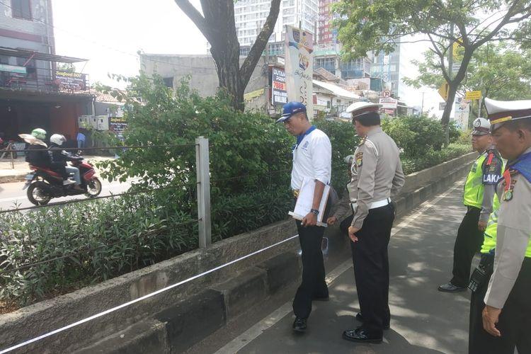 Sling Baja pagar pembatas jalan di Jalan Raya Margonda, Depok, Selasa (9/4/2019).
