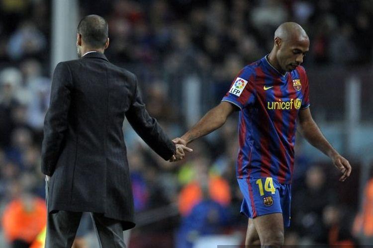 Pep Guardiola (kiri) dan Thierry Henry (kanan) saat masih memperkuat Barcelona.
